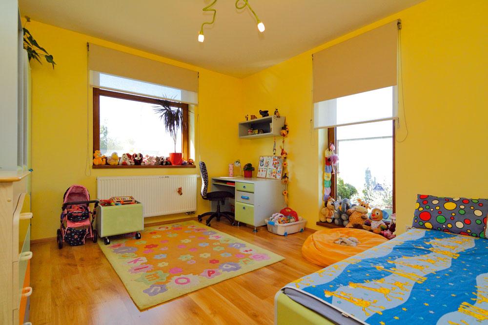 Detská izba hýri veselými farbami ana nedostatok svetla sa tiež nemôže sťažovať. Zatiaľ je len jedna, ale vdome čaká na svoju premenu aj druhá izbička pre malú princeznú.