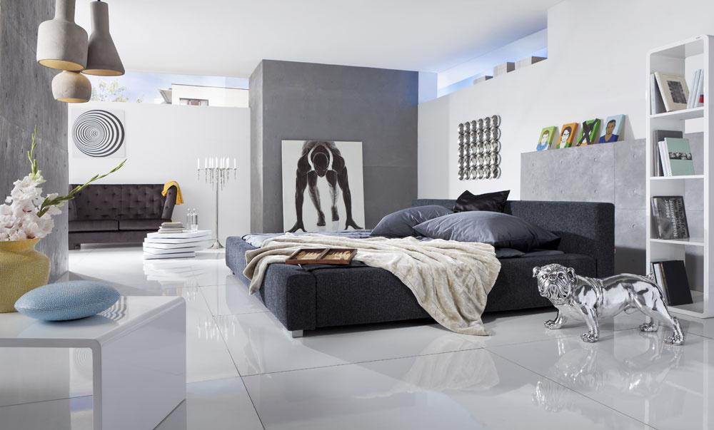 Dramaticky kovový efekt interiéru prináša mnoho možností. Takto zladený otvorený priestor poskytuje útočisko veľkým farebným doplnkom, ktoré v ňom nielen vyniknú, ale ho aj spríjemnia a esteticky podčiarknu. (foto: Kare Design)