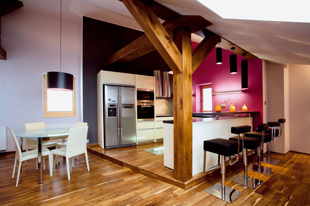 V hlavnej úlohe trámom chránená kuchárska oblasť… Pódium vytvorené minimálnym vyvýšením podlahy rafinovane oddeľuje kulinársku časť otvoreného priestoru od odpočivárne. Možno aj preto si zaslúži žiť na o niekoľko centimetrov vyššej nohe.