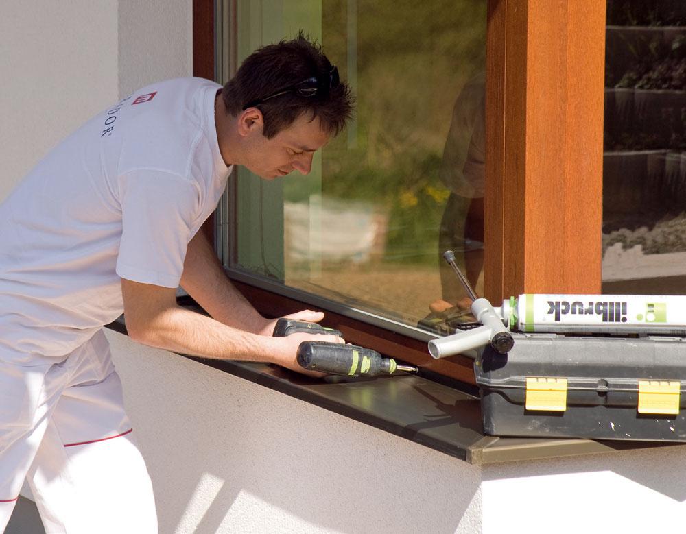 Dôležité je najmä pevné ukotvenie okna votvore azvládnutie detailu kotvenia okna do ostenia. Tepelný most vzniká najskôr vmiestach kotvenia okna do ostenia. Pri osadení okien minimalizujeme tepelný most vhodnou polohou okna vostení atechnologicky správnym zaizolovaním autesnením pripojovacej škáry. Bodové tepelné mosty vmiestach kotvenia sú vporovnaní sbežnými lineárnymi tepelnými väzbami malé. Ich vplyv môžeme zmenšiť tak, že použijeme namiesto bežnej ocele antikorové kotviace prvky, plasty, mechanické kotvenie sa niekedy nahradí plošným lepením. Pomôže dodatočné zateplenie ostenia izolačnou vrstvou hrubou 30 až 40mm, utesnenie parotesnou fóliou zinteriéru adifúznou fóliou zexteriéru.