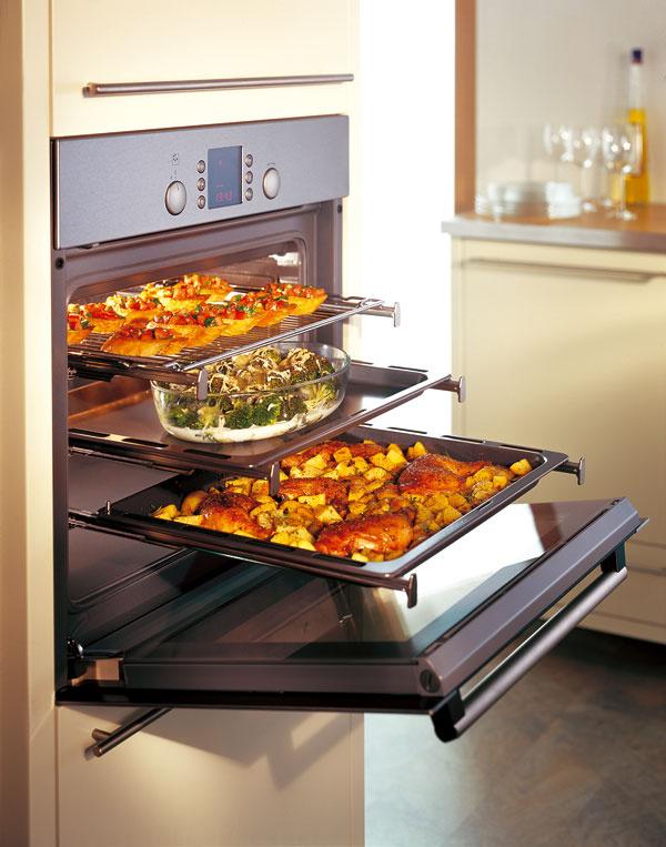 Miesto v malej kuchyni šetria predovšetkým zabudovateľné spotrebiče. Kombinovaná parná rúra Bosch HBC 36D753, 1 749 €