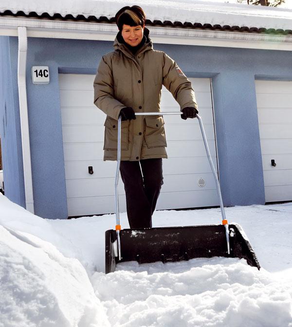 Ak nemáte snehovú frézu, neostáva vám nič iné, len vziať do rúk lopatu. Skladací odhŕňač snehu Fiskars 143050. Vďaka dlhému držadlu sa ľahko používa, hrana sostrým profilom ztrvanlivejšieho materiálu, reflexné odrazky na držadle, vlhký sneh sa na odhŕňač nelepí. Cena od 68 €.  Predáva fiskars-online.sk.