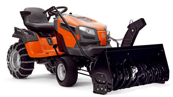Traktor Husqvarna CTH 222T so snehovou frézou, poháňaný dvojvalcovým motorom Kawasaki stlakovým mazaním avysokým výkonom. Pákou ovládaná hydrostatická prevodovka, ergonomický volant, ovládacie prvky vdosahu šoféra, široké stúpadlá, nastaviteľné sedadlo, oceľový podvozok, široké zadné pneumatiky, stabilita apevnosť. Snehovú dvojstupňovú frézu spracovnou šírkou 107 cm možno ktraktoru pripevniť jednoducho, bez špeciálneho náradia. Nastavenie výšky frézy pákou priamo zo sedačky traktora, bezpečný prejazd cez hrbole, obrubníky aďalšie nerovnosti. Odporúčaná cena traktora 4 315 €, cena frézy 1 672 €.
