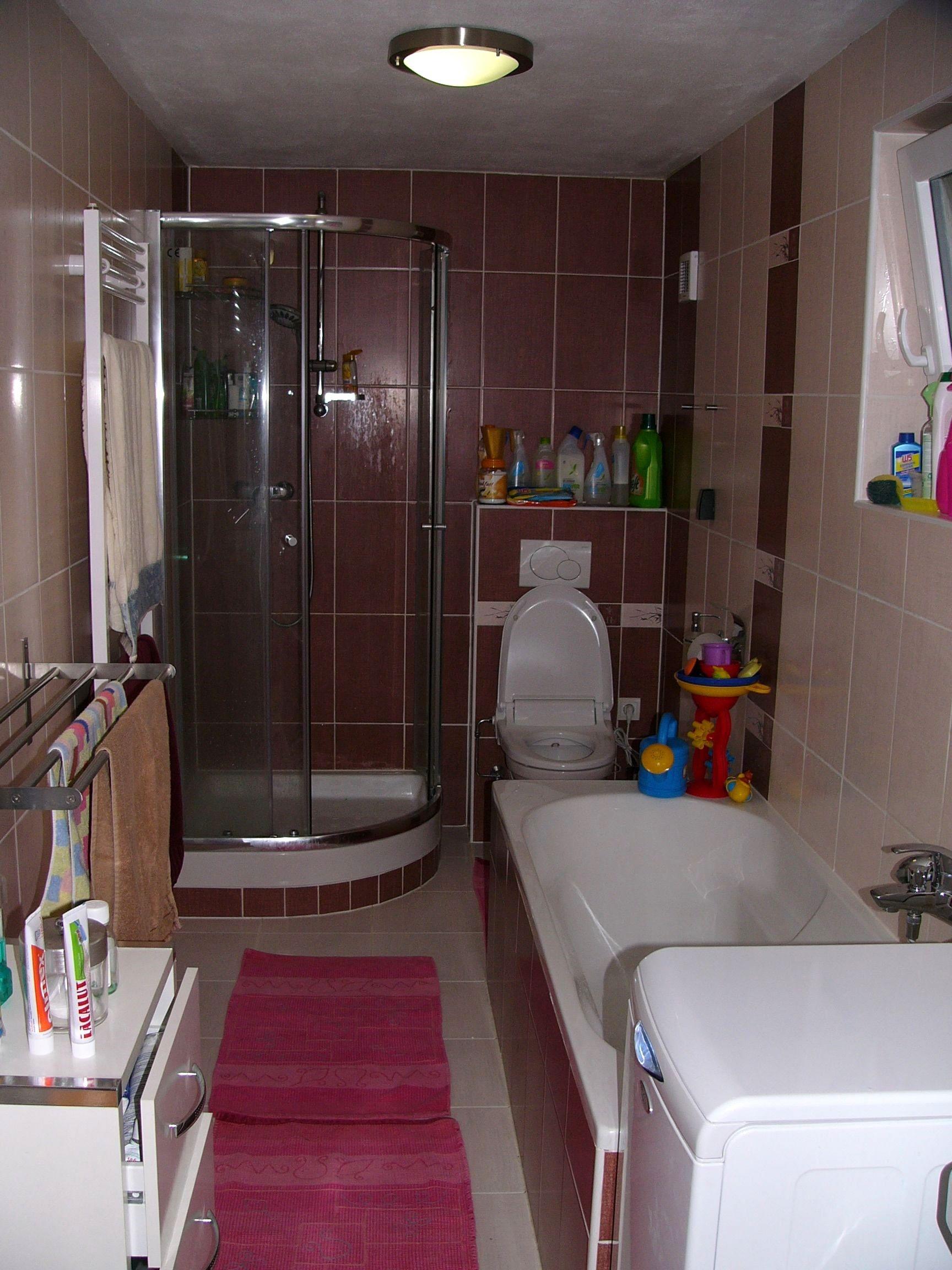 Vošiel sa nám aj sprchovací kút. Miernou nevýhodou je, že máme WC spoločné s kúpeľňou. Na bidet už miesto neostalo, ale to sme vyriešili bidetovou záchodovou doskou, naozaj praktická vec.