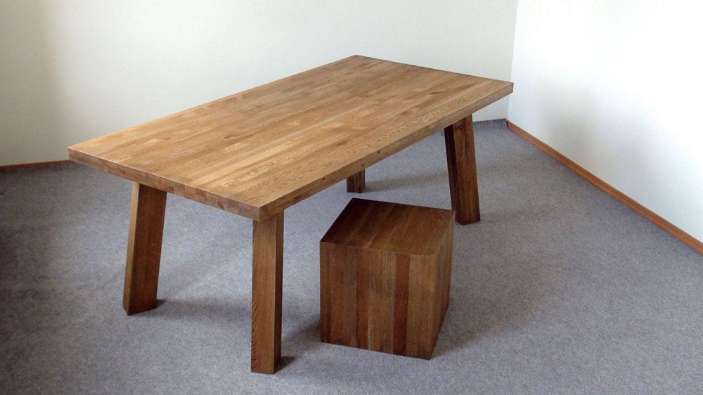 Rozdiel medzi výškou sedenia astolom by mal byť 30 cm.Stoly sa najbežnejšie vyrábajú svýškou 75 cm astoličky so sedadlom umiestneným 45 cm nad zemou. Správnu výšku stoličky si treba vyskúšať – keď sa postavíte vedľa stoličky, hrana sedadla by mala byť vúrovni spodnej časti kolenného kĺbu.  Stôl zmasívu Patria sdrevenou taburetkou. Slovenský producent Karpiš stoly na výrobu používa buk, buk jadro, dub aorech.