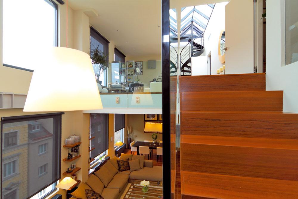 Anatomický rez loftom – dole obytná miestnosť, hore pracovný kút so spoločenskou zónou, vpravo dvere do spálne ana konci galérie točité schody vedúce na terasu