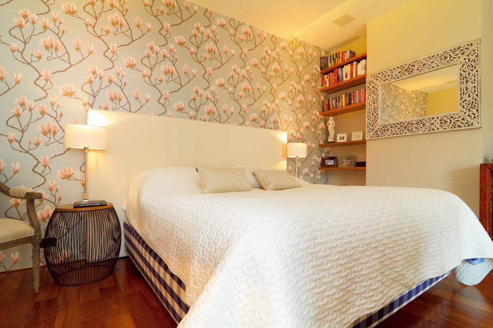 Spálni kraľuje posteľ značky Hästens aromantická tapeta so štylizovanými kvetmi, ktorú navrhol arealizoval priateľ adizajnér Mario Wild.