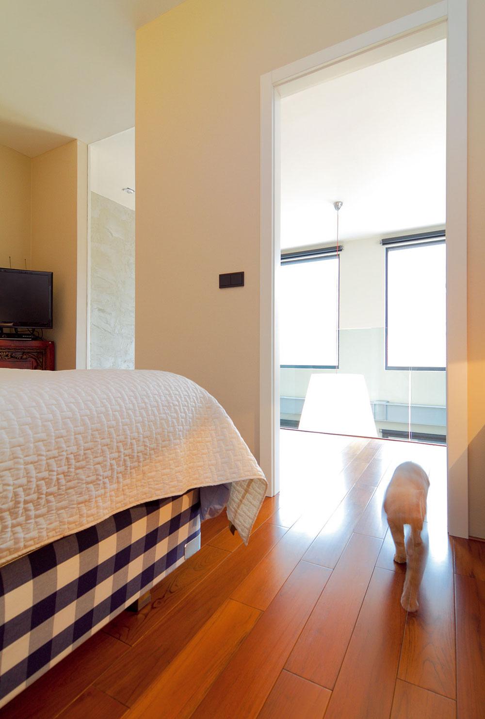 Majiteľka zastáva pravidlo, že tam, kde sa spí, je dobré sa zavrieť. Sklenenou stenou však opäť dosiahli prepojenie tejto miestnosti sotvoreným interiérom.