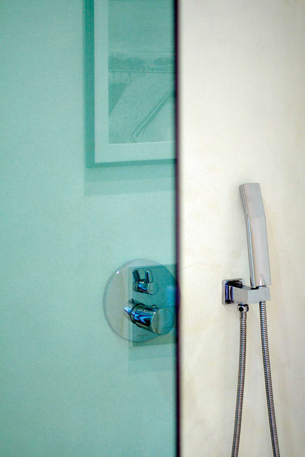 Manžel uprednostňuje sprchovanie za zelenou sklenenou stenou dovezenou zTalianska.