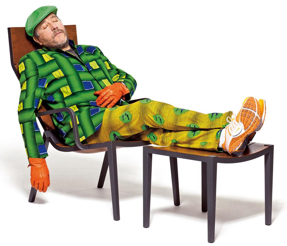 Na stoličke sprednožkou vyrobenej pod názvom Play Tan pestrofarebne polohuje dizajnérska hviezda Philippe Starck. Ide oukážku toho, ako sa farebná pestrosť potrebuje oprieť osolídny anevtieravý základ. Asi si treba vybrať: či sa nám ráči množstvo farebných bytových doplnkov vstriedmo zariadenom domove alebo jeden či dvaja farebne dominantní exoti, ktorí už neznesú ďalšiu konkurenciu. (materiál: hliník, tík). (výroba: Dedon)