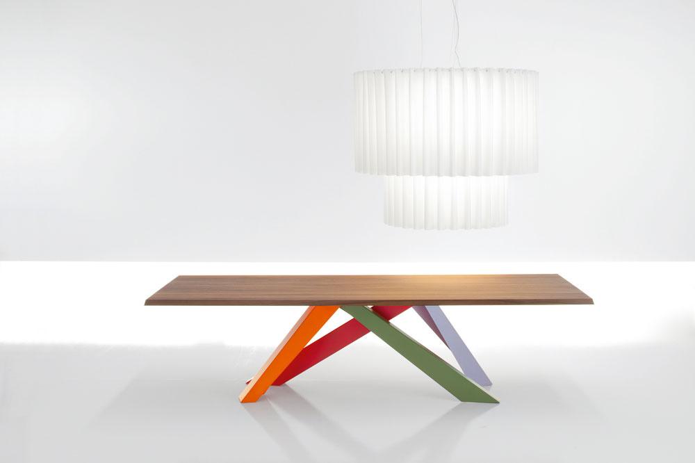 Poriadny rozkladací jedálenský stôl Big Table od Alaina Gillesa sa rozhodne afarebne dôrazne rozkročí uprostred jedálenskej časti domácnosti. Čo noha, to iná forma afarba! Vzbudí pritom dojem, že si čochvíľa odbehne po nové podkolienky. Otázne je, či včase, keď má slúžiť stolovníkom, prenechá jeho skvostné súnožie dostatok podstolného priestoru aj nohám hostí. Kto by však kopal do takého podnožia? My, ktorí si stôl nekúpime, sa môžeme uspokojiť spestrofarebným náterom starých nôh starého stola – získame tak dočasný pocit výnimočnosti (stola).  (výroba: Bonaldo)