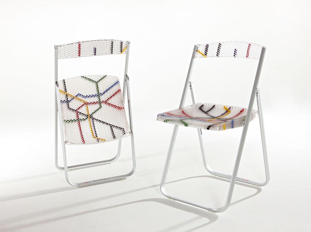 Jedna z farebných variácií ľahko stohovateľnej stoličky Honeycomb značky Kartell spočíva  na hliníkovom ráme. Operadlo a sedák sú vyrobené z farbeného polykarbonátu.  (návrh: Alberto Meda,Kartell)