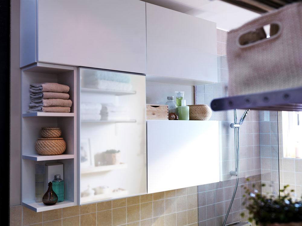 Nábytok smelo potiahnite do výšky, čo len strop dovolí. Vhodne zvolenou zostavou môžete maximalizovať odkladacie plochy – otvorené police na ukladanie často používaných hygienických potrieb. (foto: IKEA)