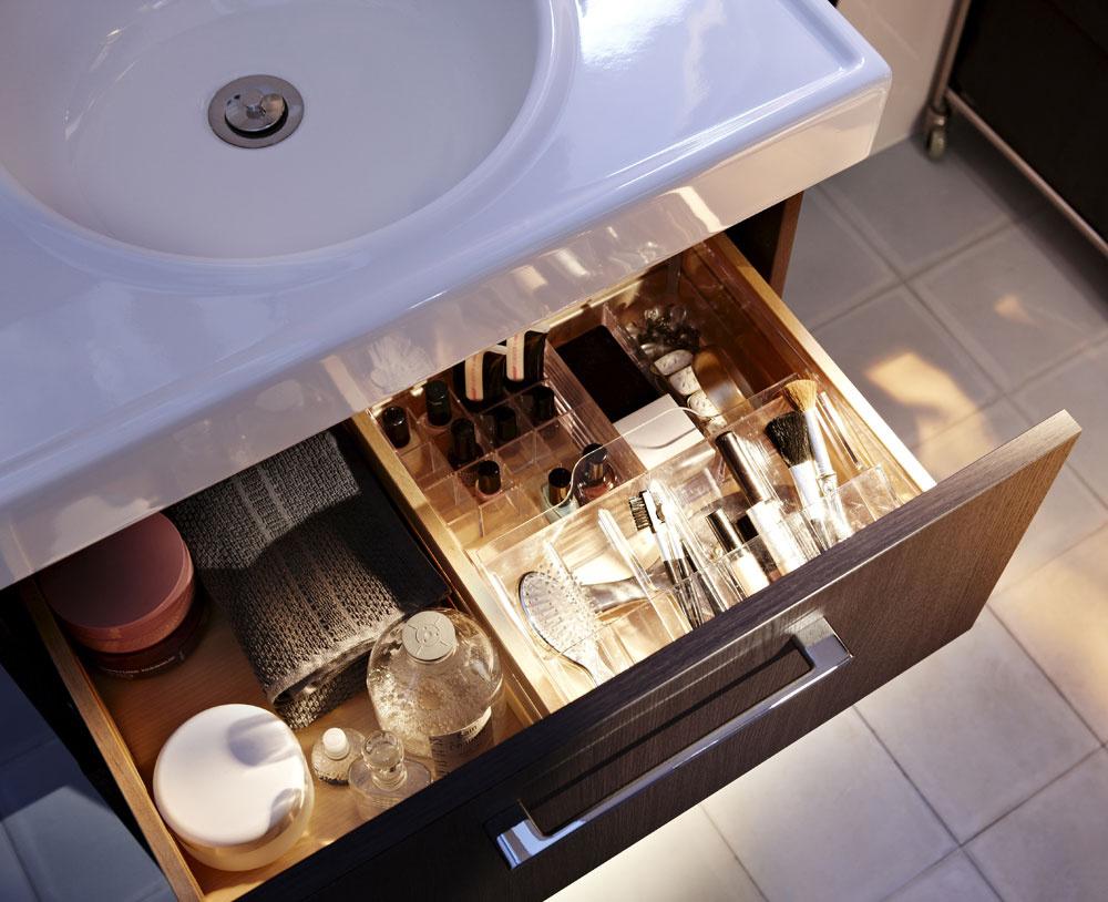 Zásuvka pre každého člena domácnosti je luxus, ktorý si len máloktorý panelákový kúpeľňový priestor môže dovoliť. V prehľadných zásuvkách s priehradkami každý rýchlo nájde v rannom zhone to, čo je mu vlastné a potrebné. (foto: IKEA)