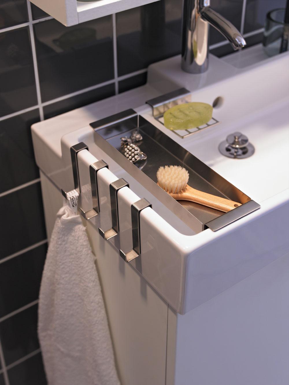 Chcete využiť malú kúpeľňu naozaj účelne a do posledného kúska? Poobzerajte sa po umývadle s príslušenstvom, ako sú napríklad integrované minikontajnery či háčiky, ktoré nenechajú hluchým ani miesto po jeho boku. (foto: IKEA)