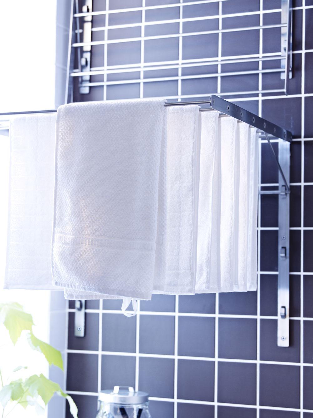 Nie všetky jednoizbové byty či garsónky majú balkón, kde možno vyvesiť opranú bielizeň. Alternatívou sú nástenné sklápacie sušiaky na bielizeň, ktoré sa kapacitne nemôžu rovnať stojanovým, ale postačia tým, ktorí perú len minimálne, prípadne sa uplatnia, ak potrebujete preprať len zopár kusov oblečenia. (foto: IKEA)