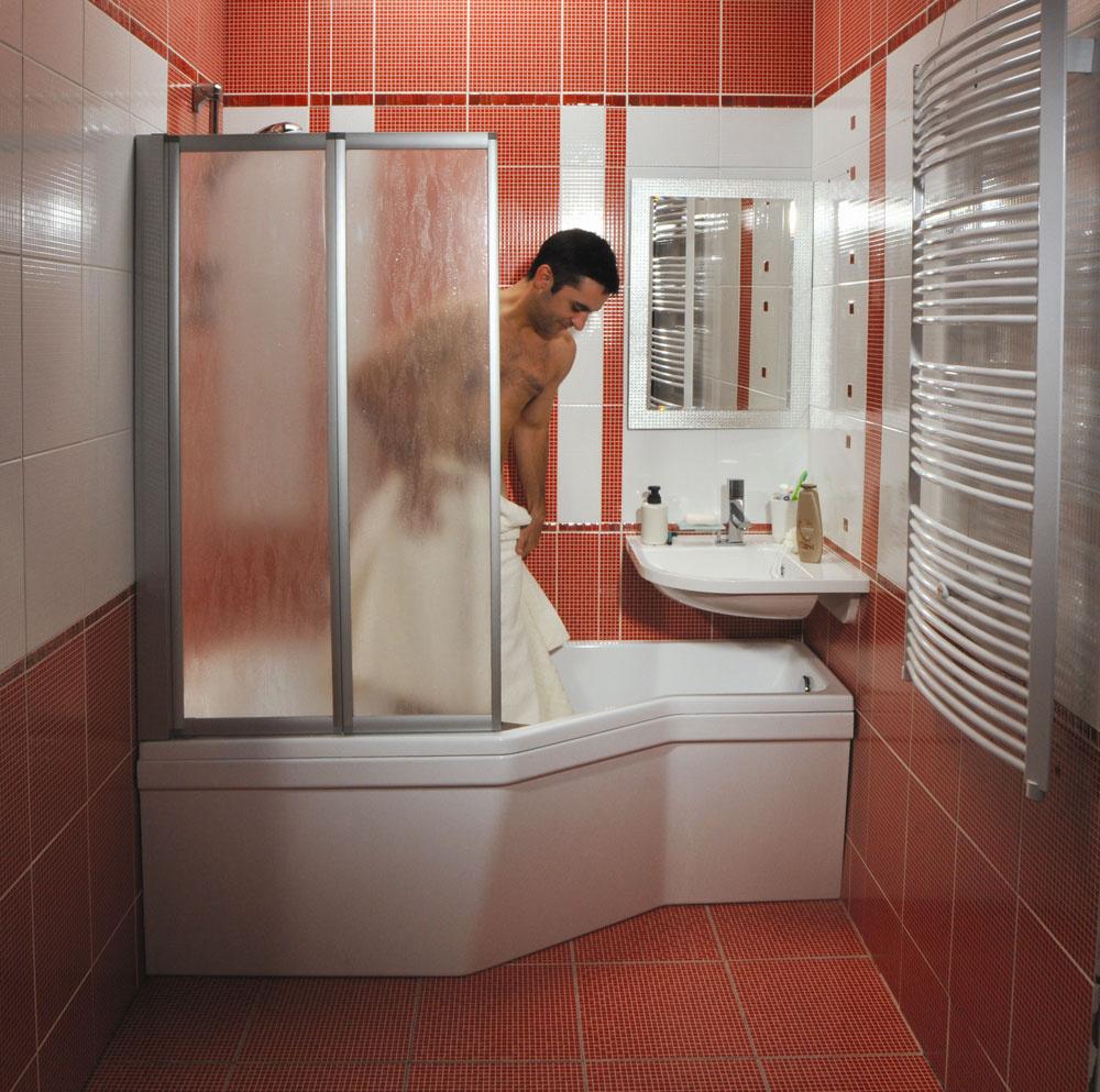 Pri výbere sanity uvažujte v duchu kompaktnosti. Na trhu sú série s rohovými umývadlami a vaňami s atypickými tvarmi, ktoré umožňujú využiť aj drahocenné centimetre v kútoch. (foto: RAVAK)