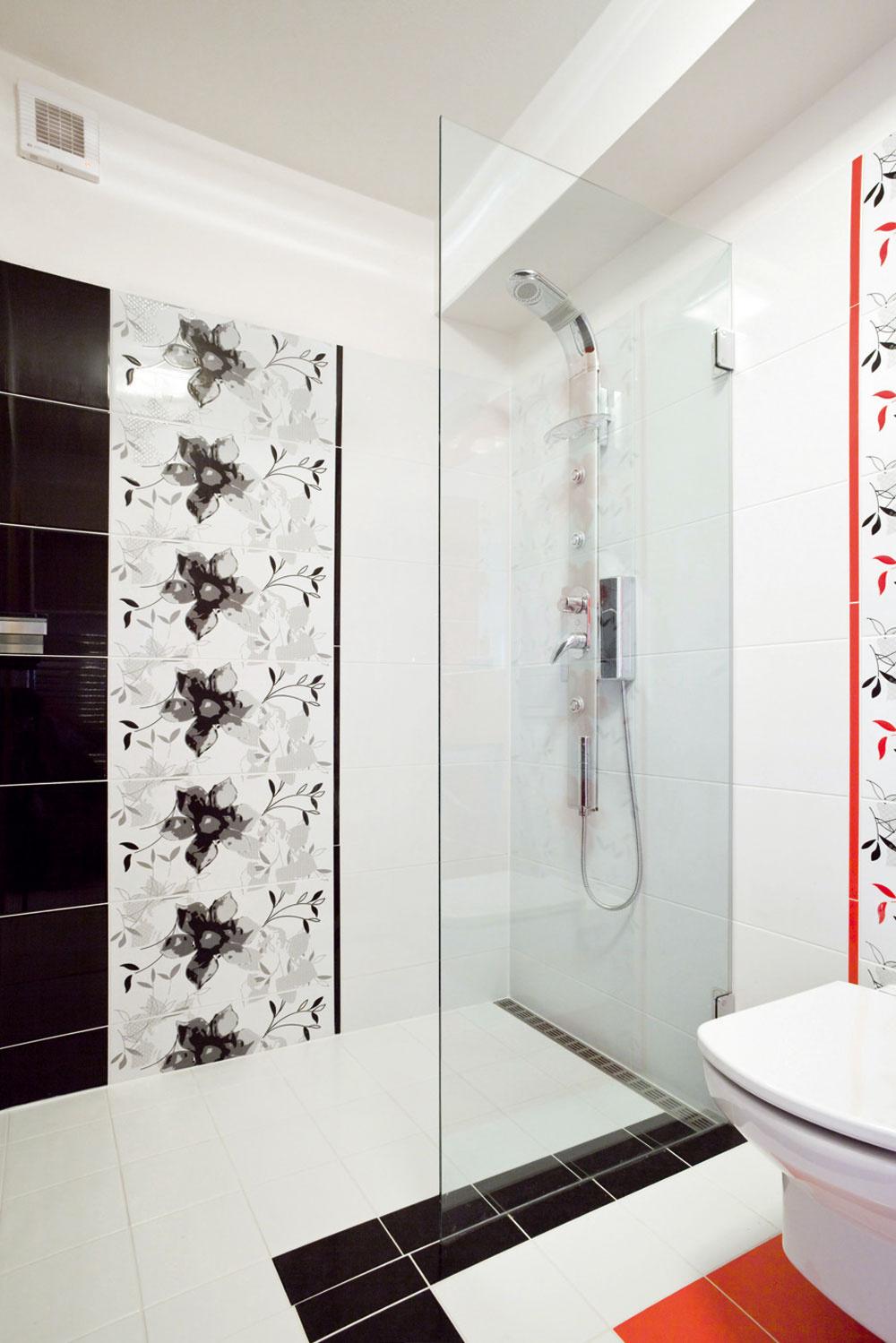 Len náznak oddelenia sprchovacieho kúta od toalety vnesie do kúpeľne čisté apresné línie.