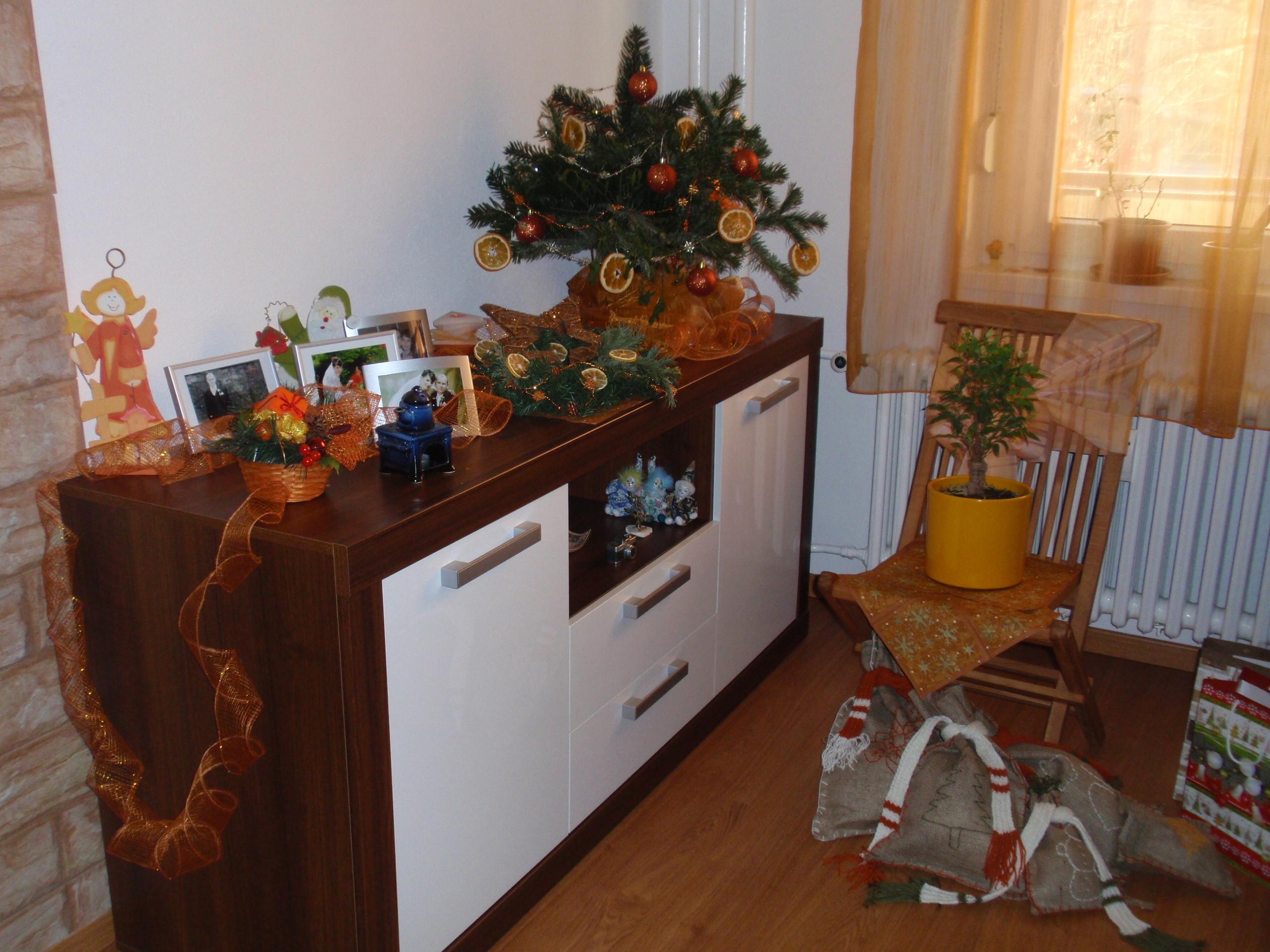 Cez Vianoce som stoličku ozdobila sviatočným šatom – využila som ozdobné servítky a kúsok látky, čo vystala z ušitých záclon, z ktorej som urobila šerpu