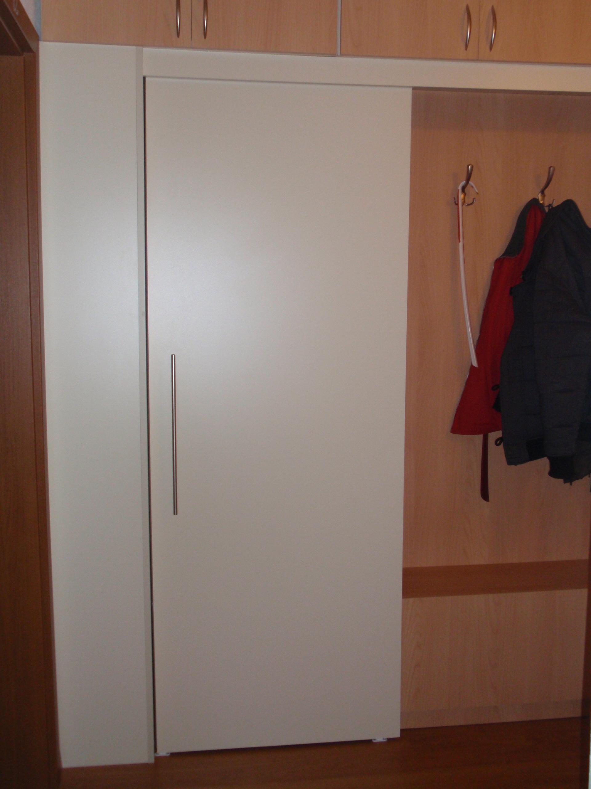 Skriňa vľavo vlastne ani nie je skriňa, ale skrýva v sebe vchod do komory