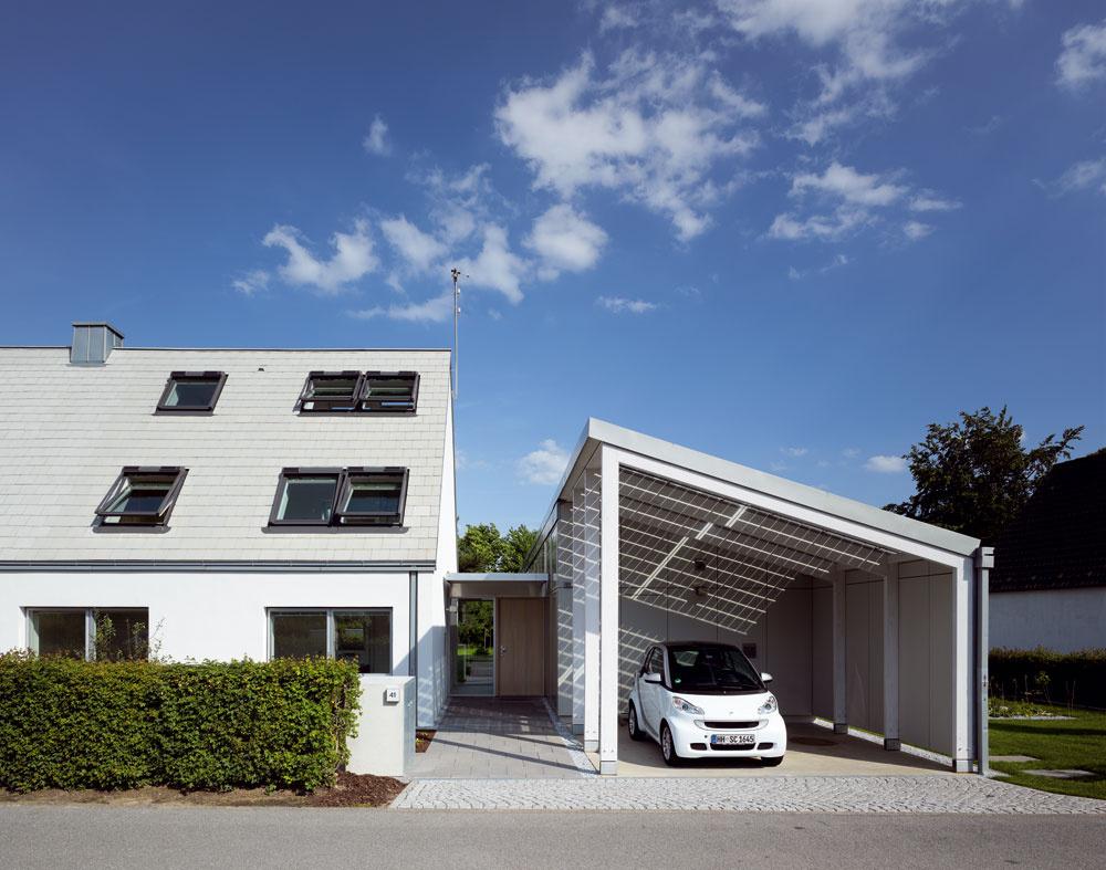 Pohľad na zrekonštruovaný dom zulice. Veľký potenciál energetických úspor ponúkalo využívanie pasívnych solárnych ziskov prostredníctvom strešných okien, ktoré majú na celkovej okennej ploche domu značný podiel.