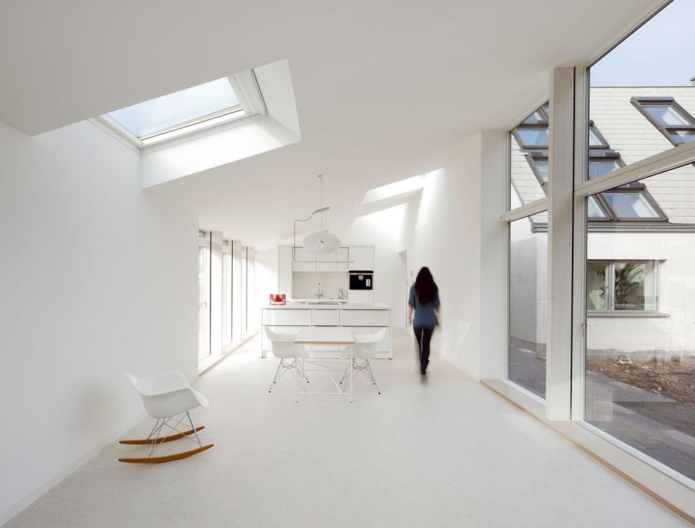 Zatiaľ čo pôvodná stavba je murovaná adodatočne zateplená, prístavba je konštrukčne riešená ako nízkoenergetická drevostavba. Odostatok denného svetla ačerstvého vzduchu vinteriéri sa rovnako vnovej, ako aj vstarej časti domu starajú strešné okná spolu sfasádnymi.