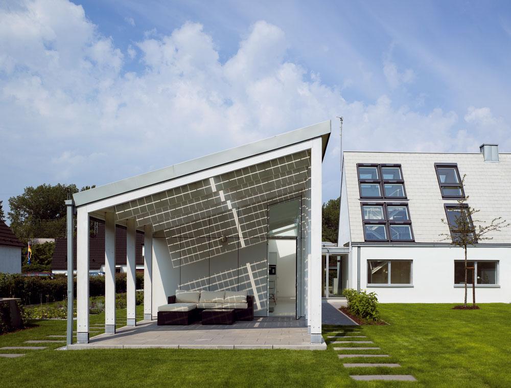 Kontakt obytného priestoru so záhradou je tu naozaj tesný. Prepojenie interiéru sexteriérom aprechod medzi životom vdome avzáhrade vytvára napríklad chránená terasa na východnej strane prístavby, ktorá nadväzuje na obývačku. Vďaka pásu okien, vysokému až päť metrov sa zasa schodisko vpôvodnom dome zmenilo zponurého kúta na príjemne svetlý priestor, zktorého je úžasný výhľad do zelene za domom.