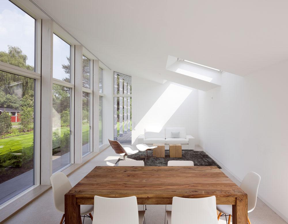 Obytný priestor vprístavbe je otvorený aflexibilný. Interiér člení na obývačku, jedáleň akuchyňu iba nábytok, pôsobí tak prirodzene azároveň umožňuje veľkú variabilitu pri používaní. Pôvodná budova by ani po rekonštrukcii takéto moderné dispozičné riešenie neumožňovala.