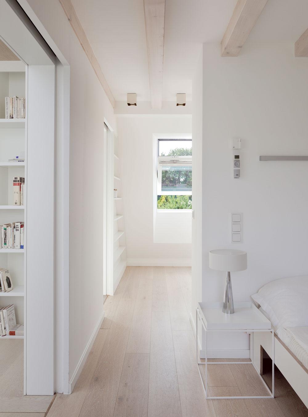 Asi polovicu prízemia pôvodného domu zabrali po rekonštrukcii detské izby, vdruhej časti je veľkorysá kúpeľňa aschodisko. Svetlé farby ešte zvýraznili optimistický dojem zmoderného vzdušného interiéru plného slnka. (Vo všetkých obytných miestnostiach je podlahové vykurovanie.)