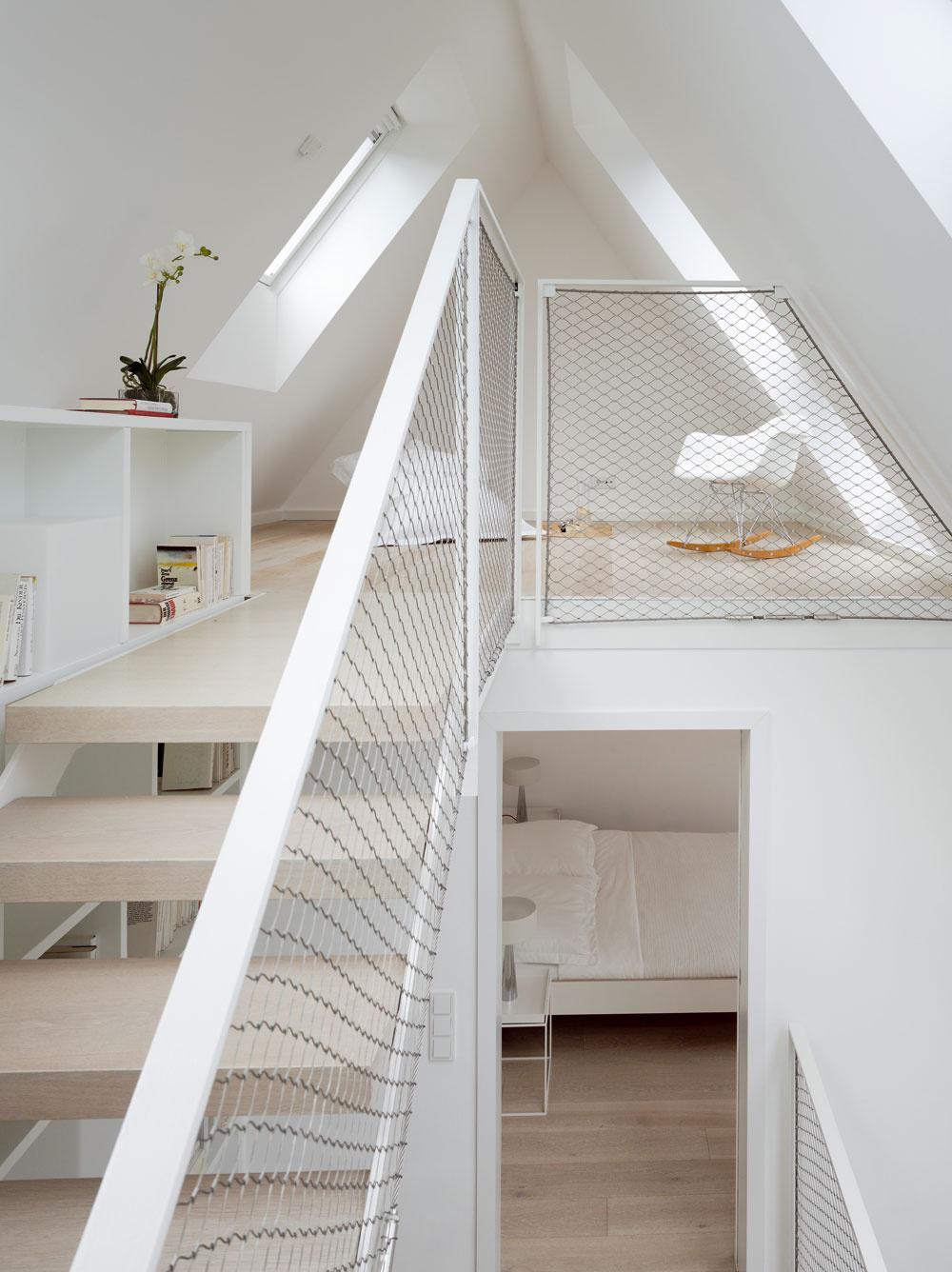 Asi všetci už uverili, že snašou spotrebou energie treba niečo robiť, a40%,ktoré spotrebujú budovy, je naozaj podstatné číslo. Ibaže vbudovách trávime viac než 80 % času, atak je logickou požiadavkou, aby úspory nešli na úkor komfortu. Rodinný dom vnemeckom Hamburgu je dôkazom, že sa to dá dosiahnuť aj pri rekonštrukcii – je priestranný azaliaty denným svetlom, vďaka premyslenej architektúre amoderným technológiám sa pritom jeho celková energetická náročnosť rovná nule. Schodisko, ktoré bolo predtým najslabším bodom architektúry celého domu, sa vďaka novým oknám zmenilo na miesto súžasným výhľadom, kde každý rád pobudne.