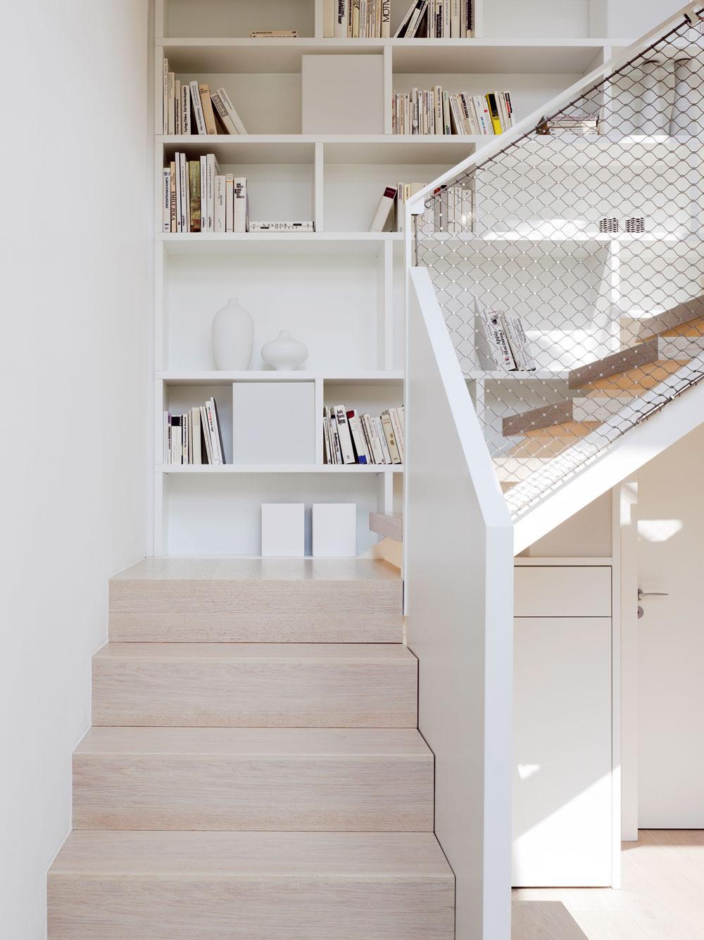 Denné svetlo hrá varchitektonickom koncepte nemeckého domu podstatnú úlohu, rovnako ako vo všetkých ostatných stavbách projektu Model Home 2020. Vďaka vysokému činiteľu dennej osvetlenosti, na ktorom majú aj tu veľký podiel strešné okná, sa totiž znižuje spotreba elektriny na osvetlenie.
