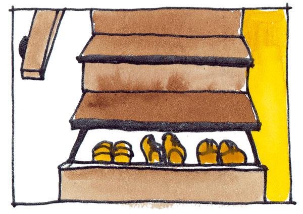 Ak na úsporu miesta pamätáte už pri zhotovení schodiska avyberiete si odľahčené schodisko bez pevných podstupníc (zvislá časť schodu), môžete si nechať ustolára vyrobiť zásuvky alebo vyklápacie dvierka na mieste podstupníc. Toto riešenie je vhodné na uskladnenie menších vecí, napríklad topánok.