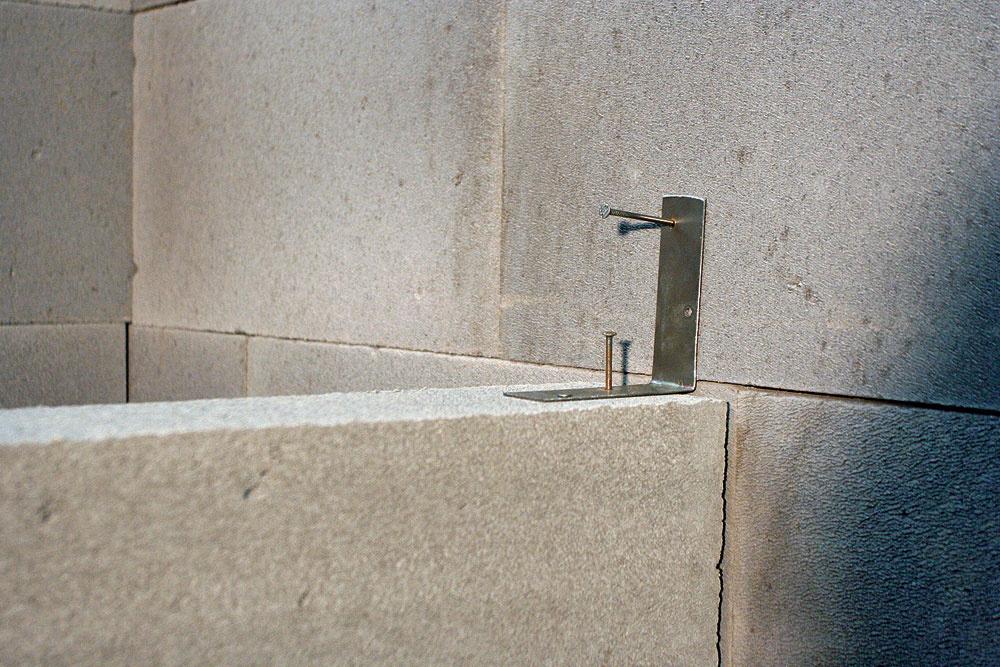 Na bezproblémové spájanie nenosných priečok snosným murivom sa dodáva murivová spojka zplechu znehrdzavejúcej ocele.