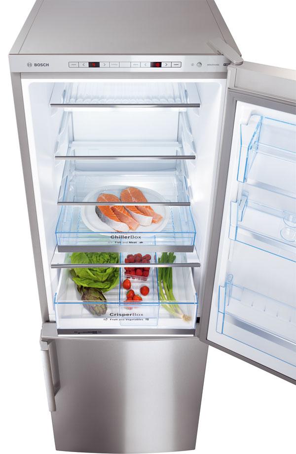 Kombinovaná chladnička smrazničkou Bosch SmartCool KGE 36AW40. Energetická trieda A+++. Spotreba energie 150 kWh/rok (0,41 kWh/deň). Objem 303 litrov (211/92). Hlučnosť 38 dB. Osobitne elektronicky regulovateľná teplota, optický aakustický varovný signál pri otvorených dverách apri zvýšení teploty, prázdninový režim, dynamické chladenie, automatické odmrazovanie aj mrazničky, funkcia superchladenie sautomatickou deaktiváciou,  dve výsuvné police, FlexShelf - flexibilné priehradka na drobné potraviny alebo na fľaše, CrisperBox sreguláciou vlhkosti – na ovocie azeleninu, ChillerBox – na čerstvé mäso aryby, LED ukazovatele aosvetlenie vnútorného priestoru. Mraznička: BigBox, systém LowFrost, funkcia supermrazenie sautomatickou deaktiváciou, mraziaca kapacita 14 kg/24 h, dĺžka skladovania pri poruche 35 hodín. Výška 186 cm. Cena 749,00 €.
