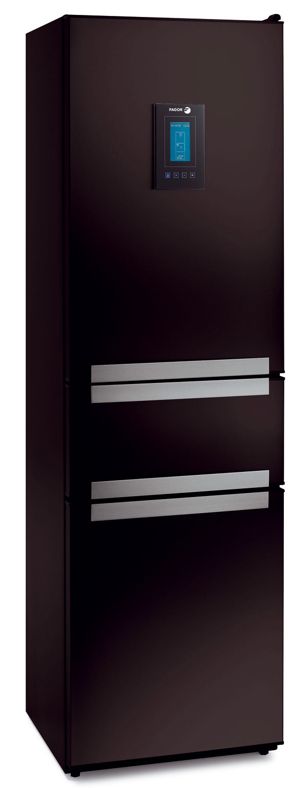 Chladnička Fagor TRIO FFA8865 N (čierna). Energetická trieda A+. Spotreba 300 kWh/rok (0,822 kWh/deň), objem 294 litrov (187/68/40). Tretia skladovacia zóna (40 litrov) sregulovateľnou teplotou od –14 °C do +14 °C, systém No Frost aj vmrazničke, samostatná elektronická regulácia, interaktívny Maxi LCD displej, funkcie zrýchlené chladenie amrazenie sautomatickým vypnutím, prázdninový režim, výstražná zvuková signalizácia otvorených dverí, výstražná zvuková asvetelná signalizácia teploty vmrazničke nad bezpečnú hranicu, zvlhčovač SPA vzásuvke na zeleninu, biofilter, antibakteriálna úprava stien Biocare. Odporúčaná cena 1 199 €.
