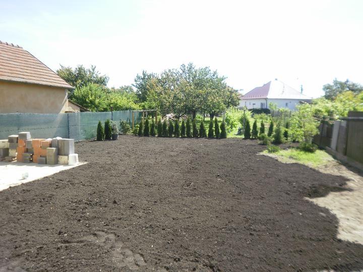 """VÁŠ TIP: Nebojte sa zo """"smetiska"""" vytvoriť útulnú záhradku"""