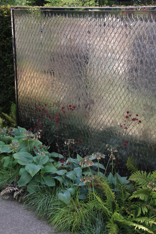 Trendy: Vodné steny Súčasťou každej záhrady by mal byť aspoň jeden vodný prvok. Môže to byťjazierko, vodopád, pramenisko, prepad či vodná stena. Posledná zmožností patrí ktrendovým prvkom dnešnej modernej záhradnej architektúry ačoraz častejšie sa objavuje najmä vnových mestských záhradách. Obvykle ide osystém scirkulujúcou vodou stekajúcou po kovovej či kamennej platni, na ktorej sa pekne zrkadlí. Vzhľadom na svoju konštrukciu sa hodí aj do menších záhrad, dvorov aátrií. Zaujímavým spôsobom oživí priestor, ochladí aosvieži vzduch, zvýši vlhkosť (čo prospieva vokolí vysadeným rastlinám) apostará sa opríjemné zvukové efekty. Možno ju zakomponovať do živého plota, múra alebo deliacej steny.