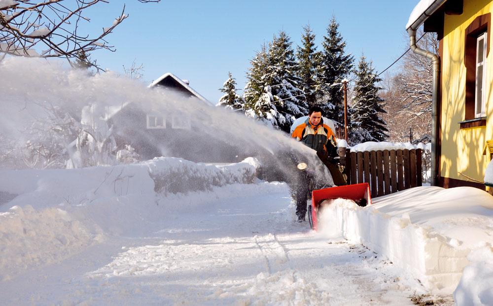 Výkonná dvojstupňová snehová fréza zo série Power Max je určená do náročných podmienok. Vďaka oceľovej pílovitej závitovke zvláda odpratávanie zatvrdnutého audupaného snehu adrví aláme ľadové platne. Smer odhadzovania snehu možno jednoducho ovládať joystickom Quick Stick. Cena od 1574,40 €. Predáva Mountfield.