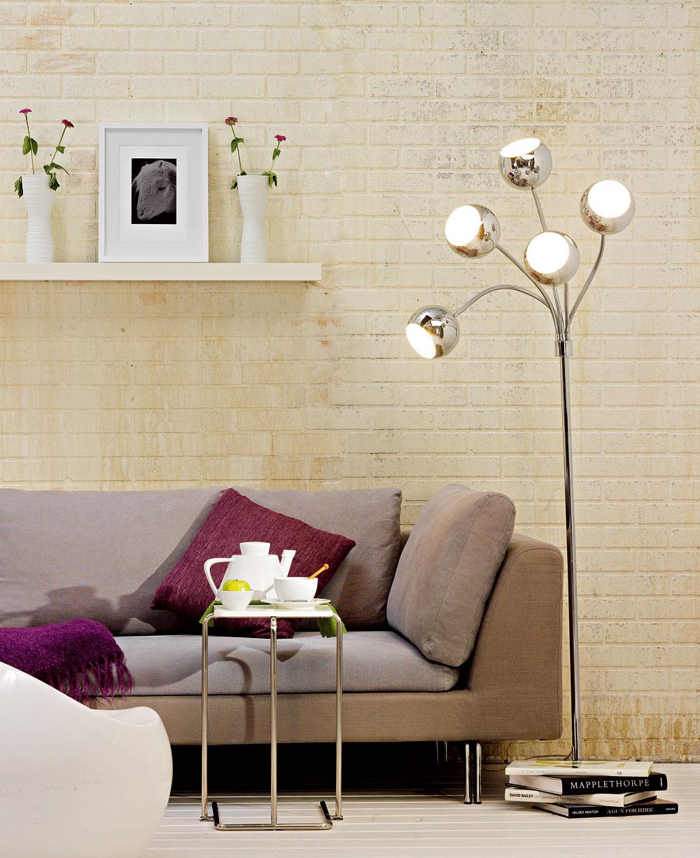 Do úlohy excentrického solitéra môžete poľahky obsadiť aj svietidlo. Avrámci ekonomickosti nezabudnite na používanie úsporných svetelných zdrojov, ktoré sa vobývacej izbe naplno uplatnia, keďže je to priestor, kde môžu svietiť dlhšie (čiže sa nenamáhajú častým vypínaním azapínaním ako napríklad vo vstupnej chodbe).