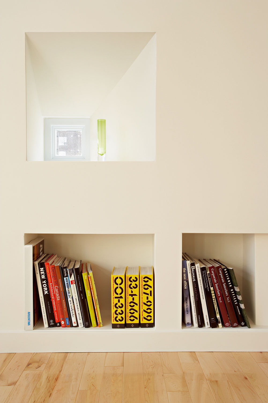 Knižnica netradične  Trochu nezvyčajným, no oto praktickejším riešením je vybudovanie niky vstene, do ktorej môžete naukladať knihy. Výhodou takýchto do steny zapustených políc je, že rešpektujú čisté línie interiéru anevstupujú zbytočne do priestoru.