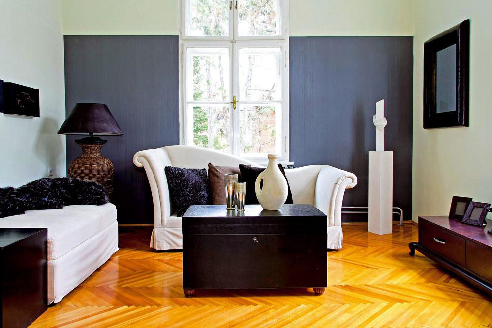 Farebná stena vštýle od podlahy až po strop nemusí byť tým správnym riešením, najmä ak máte vysoké stropy; linka ukončená aj oniekoľko desiatok centimetrov od stropu dodá miestnosti väčšiu hĺbku.
