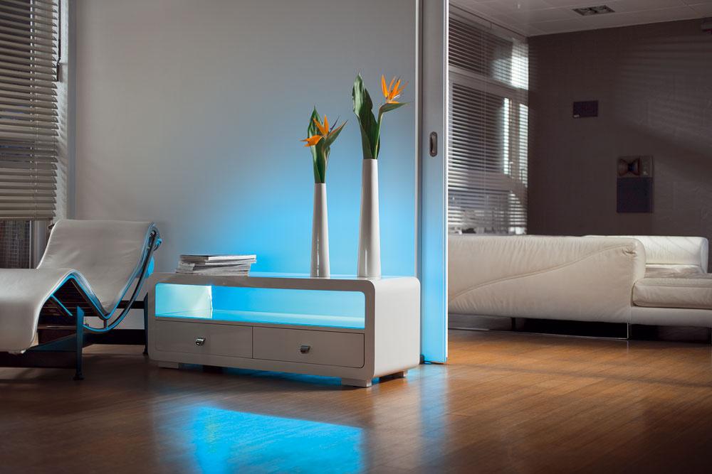 Svetelné pásy od Osramu LEDs DECO FLEX®sú ideálne na dekoratívne farebné osvetlenie obrysov nábytku apolíc, na podsvietenie zrkadla či televízora. 70 €.