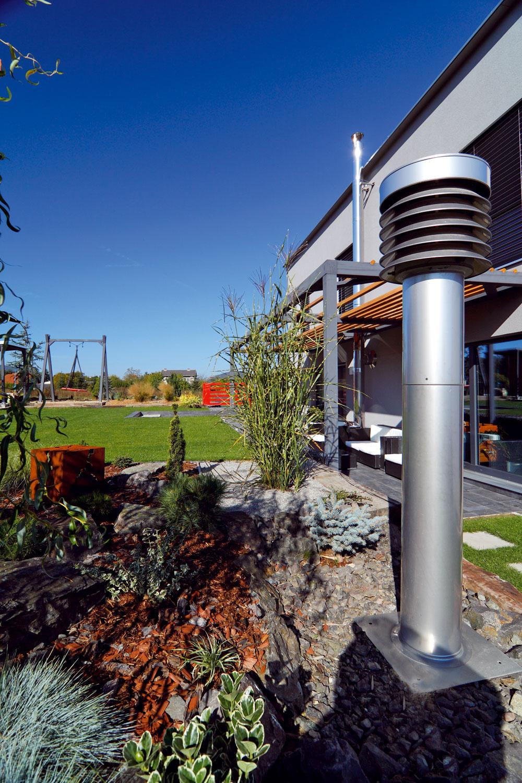 Dom je vybavený núteným vetraním srekuperáciou a40-metrovým zemným výmenníkom, ktorý slúži na prirodzené predhrievanie či ochladzovanie vzduchu pred vstupom do systému. Znižujú sa tým náklady na úpravu teploty vzduchu privádzaného do interiéru. Nasávací element výmenníka je umiestnený vo východnej časti záhrady. Vzduch sa privádza do obytných miestností aodvádza sa zpriestoru kuchyne ahygienických zariadení.