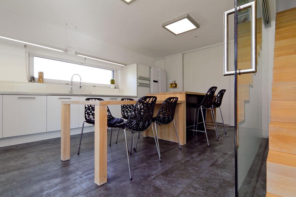 Za dvojicou posuvných dverí pri severnej strane kuchyne sa nachádza špajza atechnická miestnosť.