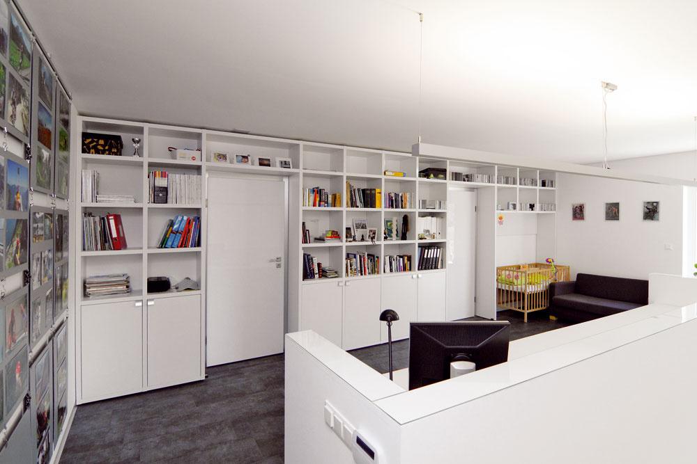 """Architekt dom navrhol tak, že vňom nie sú chodby. Vcentrálnej časti poschodia umiestnil pracovné stoly, knižnicu aj miesto na spanie pre prípadných hostí. """"Prísny mantinel, ktorý som dal architektovi, boli metre štvorcové. Chcel som stopäťdesiat, ani omilimeter viac, pretože si myslím, že normálnej rodine to bohato stačí. Hoci pôvodný návrh počítal sväčšou rozlohou, architekt musel zmenšovať."""""""