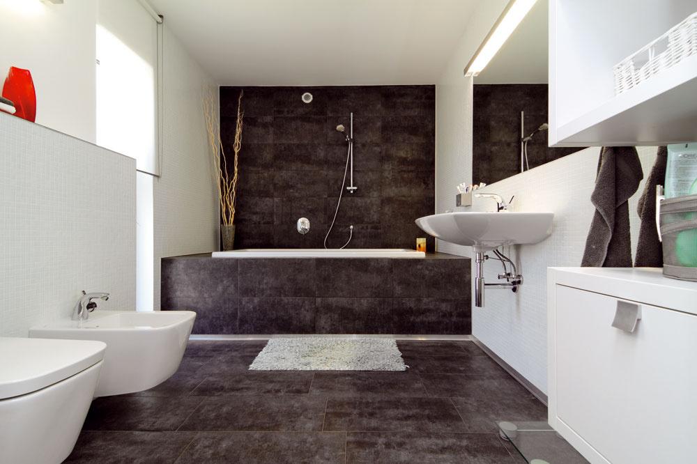 Kúpeľňu bez veľkej vane si majitelia nevedia predstaviť. Sprchu majú na prízemí.