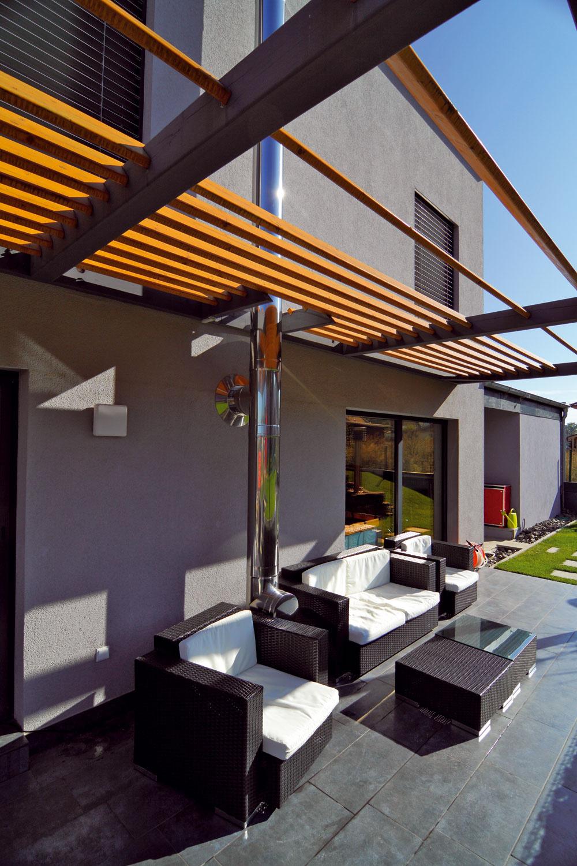 Drevené zatienenie príjemnej terasy na prízemí zabraňuje aj nadmernému prieniku slnečného žiarenia do interiéru.