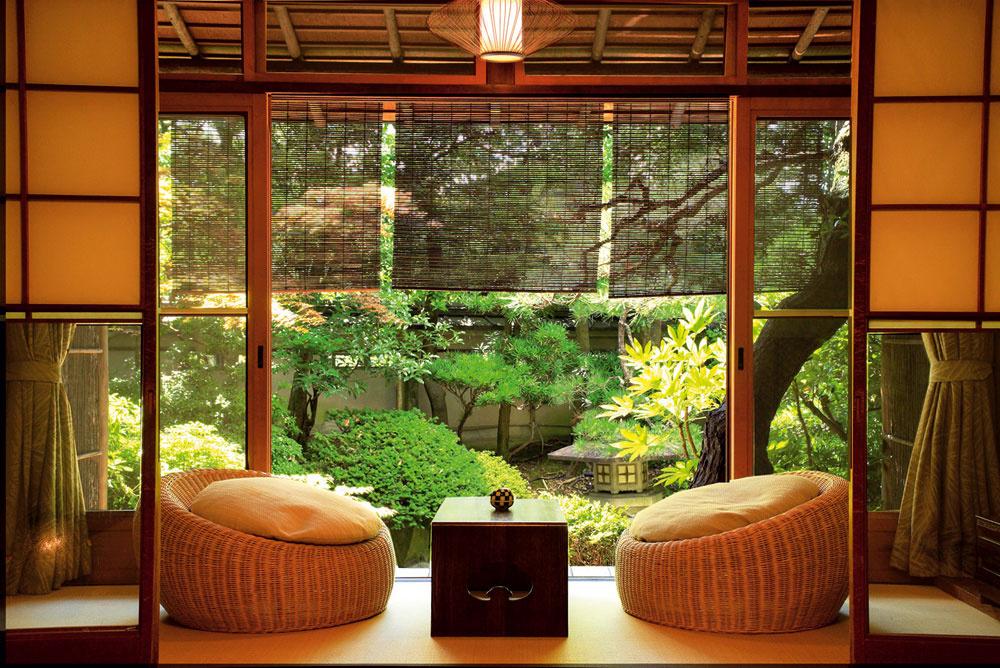 C.Ak je pre vás minimalizmus príliš prázdny a vidiek príliš presýtený detailmi, máme pre vás zlatú strednú cestu – orientálny štýl. Najviac vám pomôže, ak si zapamätáte jednoduchú definíciu: orientálny štýl je japonský alebo čínsky minimalizmus, ktorý vďaka svojim farbám pripomína prírodu. Len kde-tu nejaký kvalitný do čerešňova ladený nábytok, veľké vázy či zopár nízkych vankúšov na sedenie a bez väčších nákladov zmeníte minimalistický štýl na orientálny. A čajový rituál sa môže začať. Výhoda: Orientálny štýl je pre ľudí, ktorí neznášajú neporiadok, majú radi svetlé a vzdušné priestory, obľubujú minimalizmus bez jeho extrémov a veria v platnosť tvrdenia, že menej je viac. Je veľmi charakteristický, a teda aj ľahko napodobniteľný. Dá sa aplikovať v takmer každom type domova od priemyselných priestorov až po mestské byty s terasou. Nevýhoda: Tento štýl pre vás neprichádza do úvahy, ak potrebujete domov, ktorý odolá náporu detských hier a máte priveľa nábytku, ktorého sa z rôznych dôvodov nemôžete vzdať. (foto: Kyoto Inside)