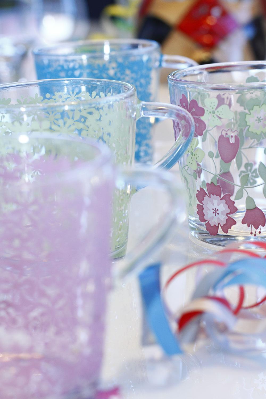 Šálky Godta zglazúrovaného skla. Objem 21 cl. Cena 1,99 €. Predáva IKEA.