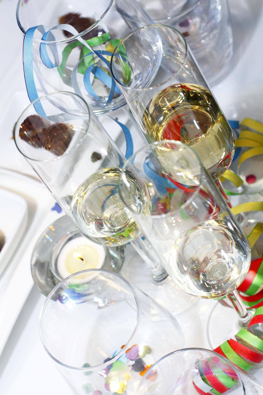 Poháre na šampanské Hederlig zčíreho skla, objem 22 cl, cena 0,99 €. Poháre na vodu Ivrig, objem 45 cl a48 cl, cena 1,49 € a1,99 €. Vínový pohár Rättvik, objem 35 cl, cena 1,49 €. Svietnik Neglinge, cena 0,49 €. Predáva IKEA.
